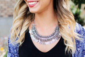 Große Halskette an Hals von Frau