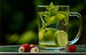 Wasserglas mit Limette